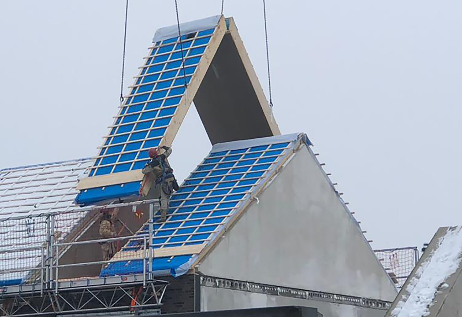 Dak op nieuwbouwwoning wordt geplaatst