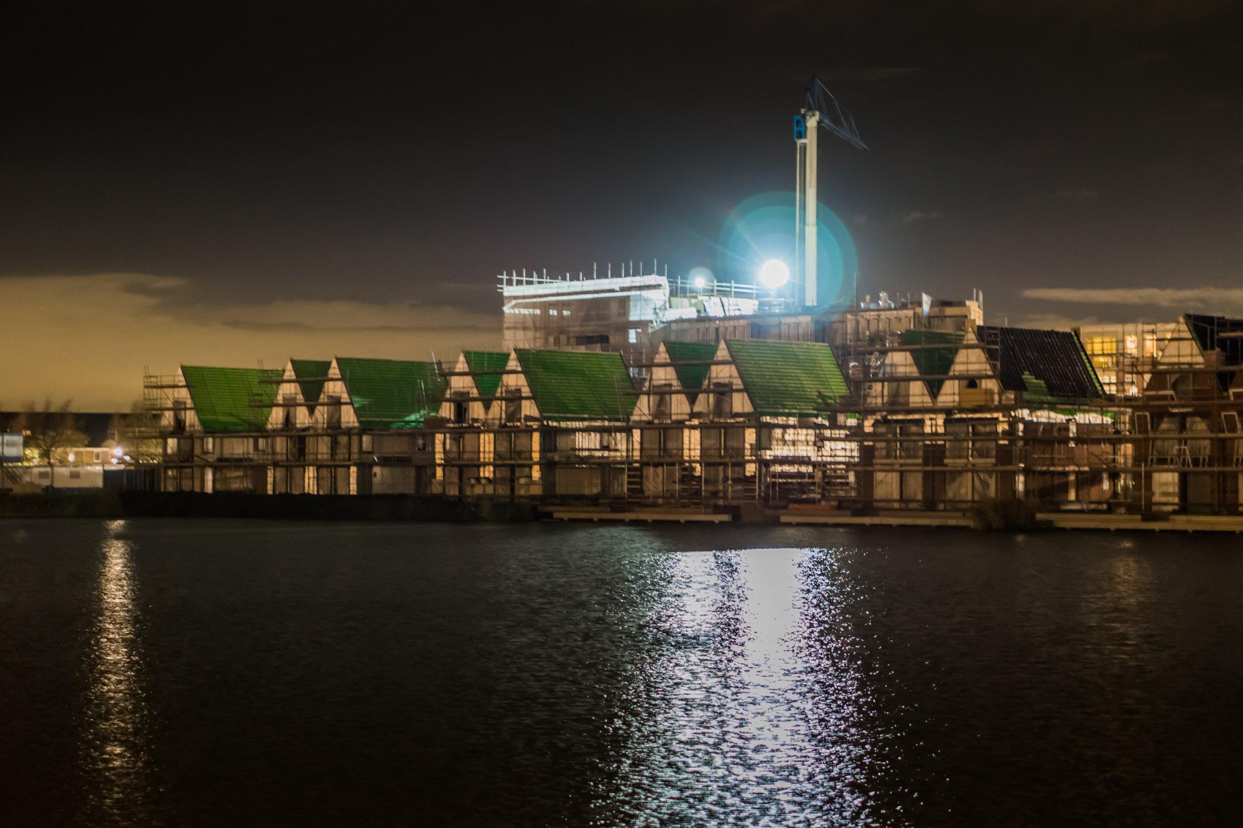 nieuwbouwwoningen in het donker
